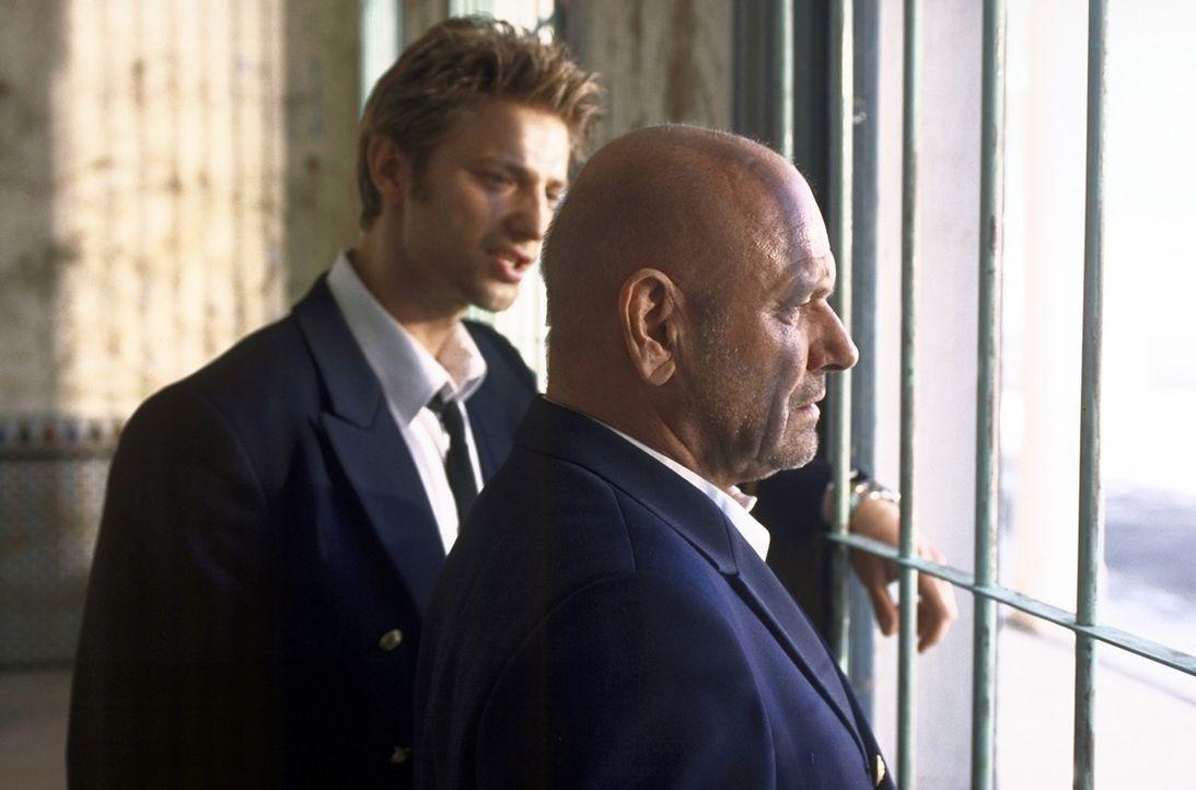 Jonathan (Klaus Löwitsch, r.) und sein Neffe Sven (Igor Jeftic, l.) leben von kleinen Banküberfällen. Doch eines Tages wittern sie ihre große Ch... - Bildquelle: ProSieben