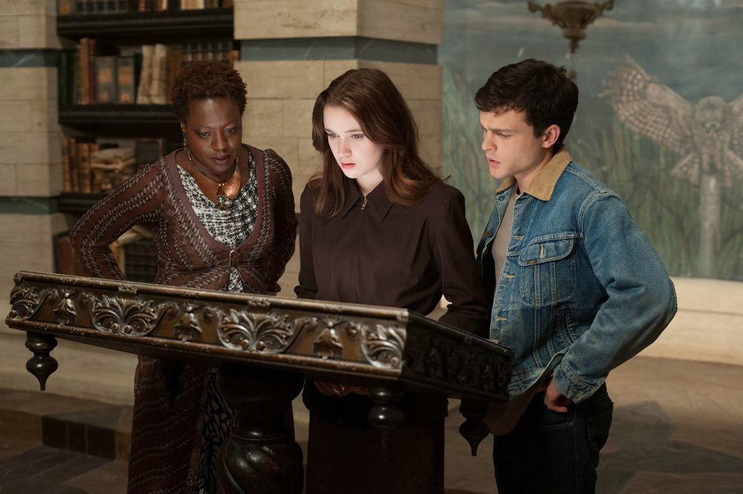 """Als """"Keeper"""" hütet Amma (Viola Davis, l.) die geheime Bibliothek der Caster, insbesondere das """"Buch der Monde"""", ein magisches Zauberbuch. Finden Len... - Bildquelle: 2013 Concorde Filmverleih GmbH"""