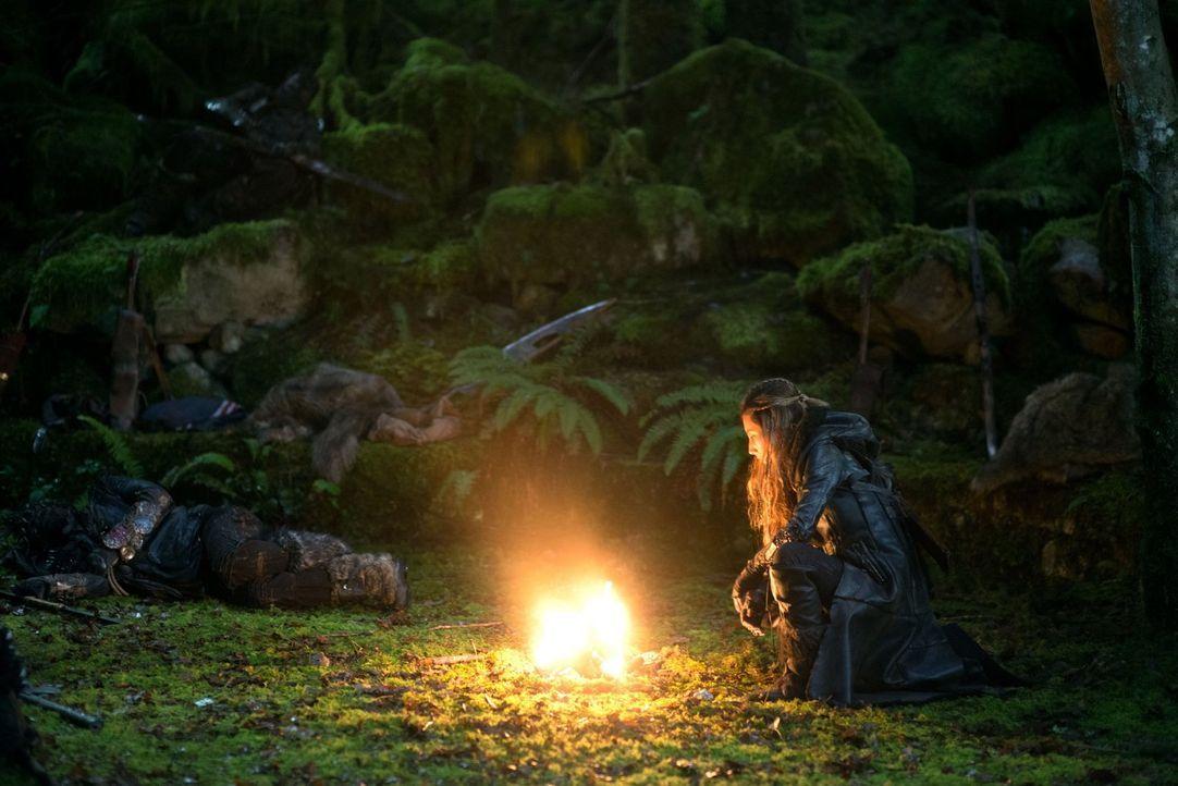 Anya (Dichen Lachman) bereitet sich auf einen Kampf vor, doch dann kommt alles anders als erwartet ... - Bildquelle: Warner Brothers