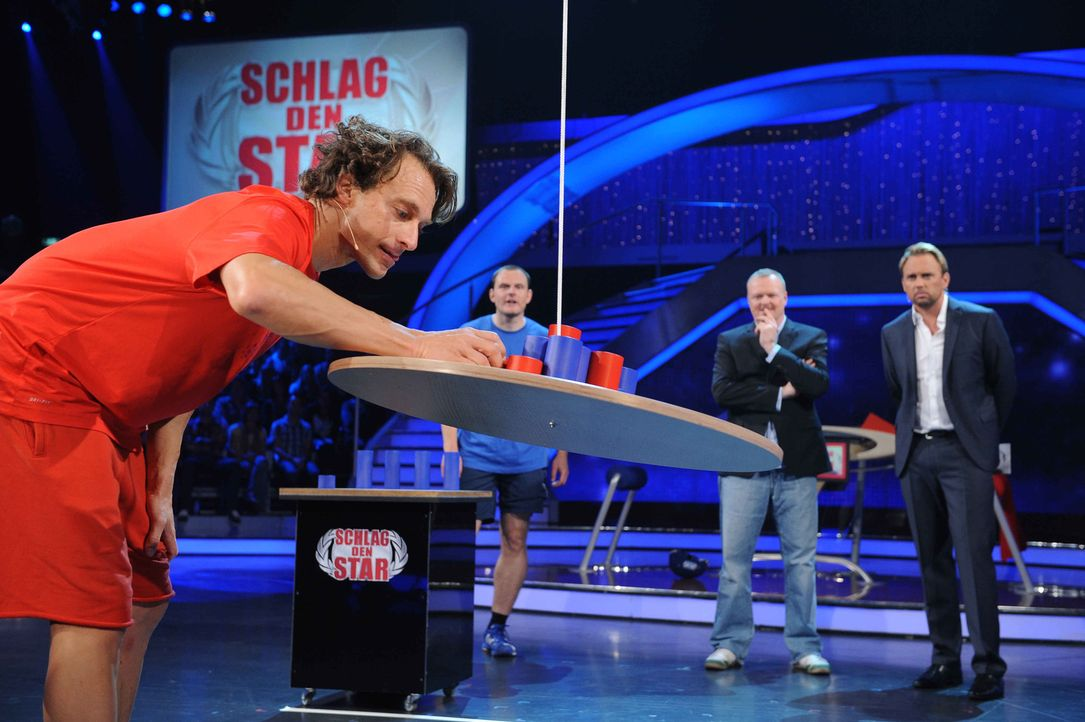 Stefan Raab (2.v.r.) und Moderator Steven Gätjen (r.) schauen dem Stabhochspringer  Tim Lobinger (l.) genau auf die Finger ... - Bildquelle: Willi Weber ProSieben