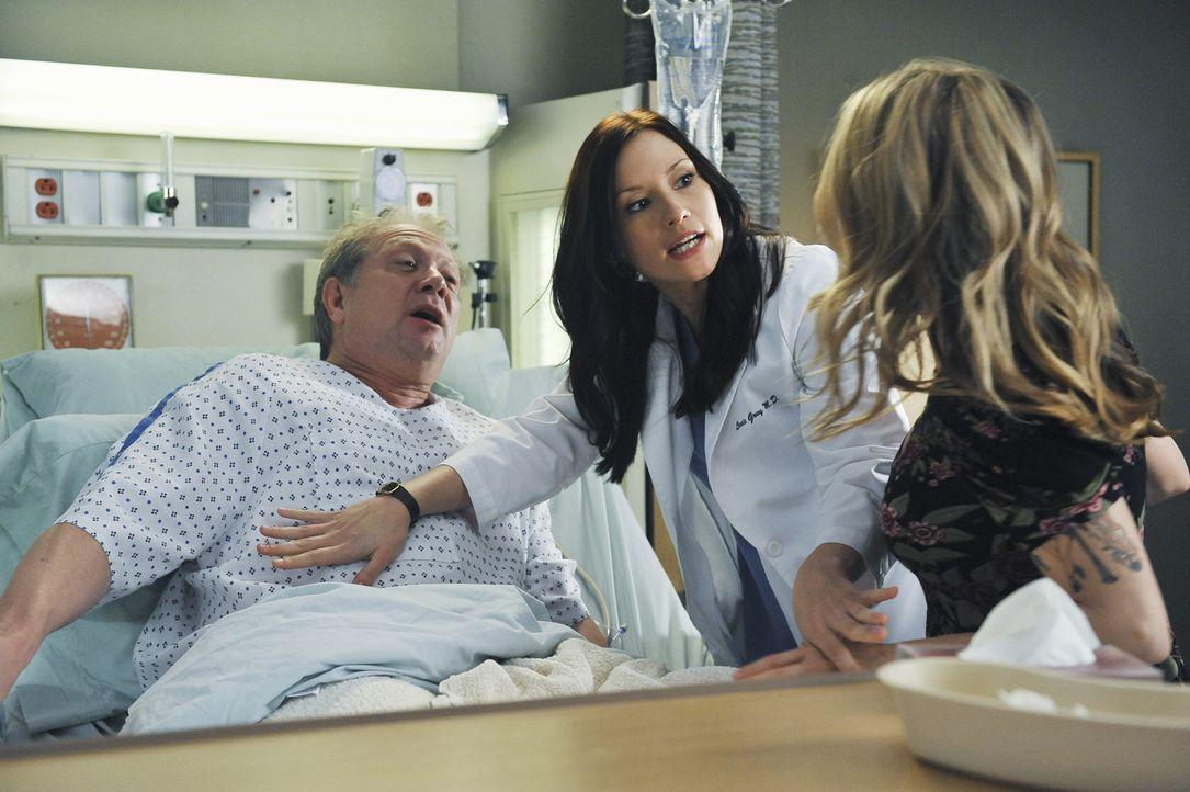 Schock für Meredith und Lexie (Chyler Leigh, M.): ihr Vater (Jeff Perry, l.) wird eingeliefert, weil er Merediths Leber offensichtlich nicht gut ve... - Bildquelle: ABC Studios