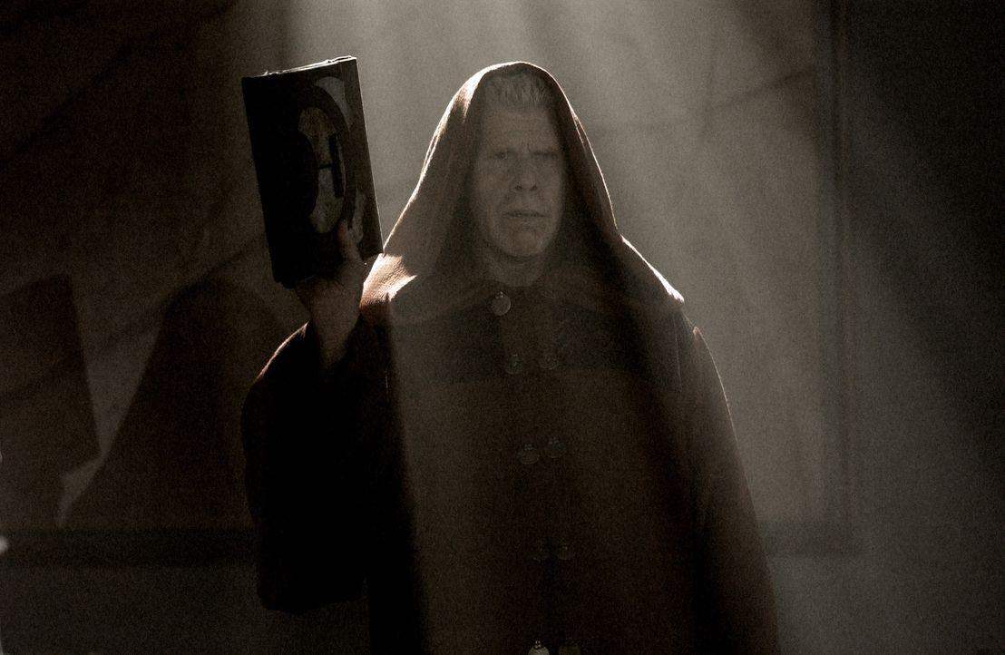 Hüter einer Prophezeiung, deren Wurzeln tief unter der Erde liegen: Bruder Samuel (Ron Perlmann) ... - Bildquelle: 2008 Campfame Limited. Mutant Chronicles International, Inc. All rights reserved.