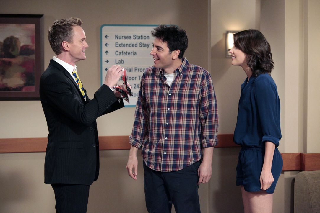 Freuen sich mit Lily und Marshall: Ted (Josh Radnor, M.), Barney (Neil Patrick Harris, l.) und Robin (Cobie Smulders, r.) ... - Bildquelle: 20th Century Fox International Television