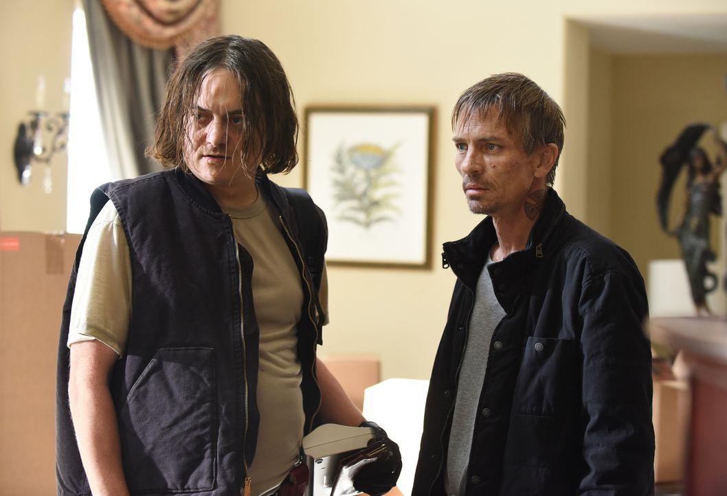 Die beiden Einbrecher Dean (Todd Giebenhain, l.) und Petey (Charles Baker, r.) hatten eigentlich gedacht, dass das Haus leer steht, doch ein kleines... - Bildquelle: 2018 Fox and its related entities.  All rights reserved.