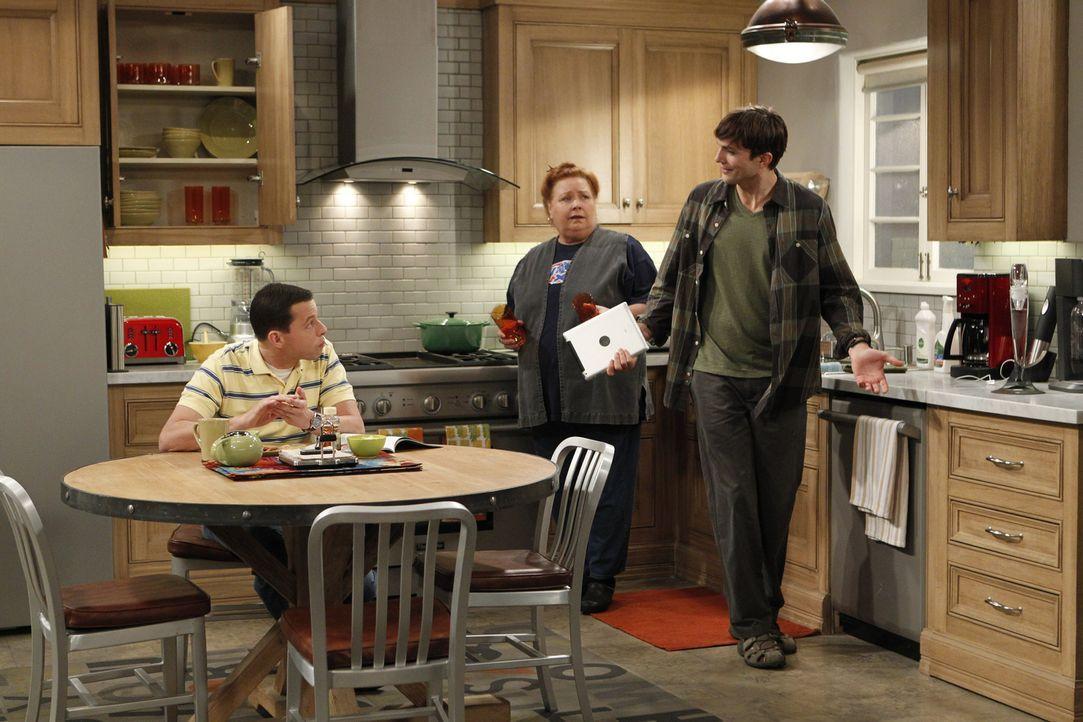 Erhalten unerwarteten Besuch: Berta (Conchata Ferrell, M.), Alan (Jon Cryer, l.) und Walden (Ashton Kutcher, r.) ... - Bildquelle: Warner Brothers Entertainment Inc.