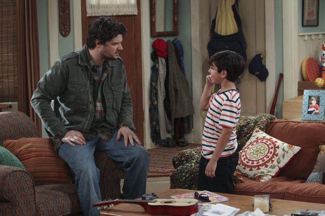Gespräche von Mann zu Mann: Baxter (Matt Jones, l.) und Roscoe (Blake Garrett Rosenthal, r.) ... - Bildquelle: Warner Brothers Entertainment Inc.