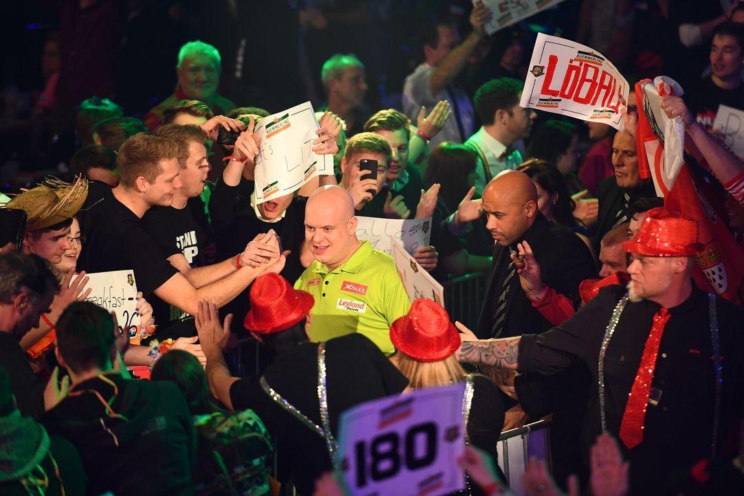 Das Publikum liebt den Darts-Profi Michael van Gerwen (M.), doch wie wird er sich bei der Promi-Darts-WM 2018 schlagen? - Bildquelle: Willi Weber ProSieben