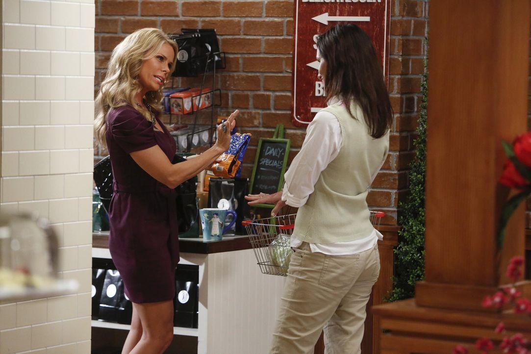 Als Dallas (Cheryl Hines, l.) beinahe auf George getroffen wär, will sie unbedingt verhindern, dass sie sich über den Weg laufen und teilt Chatswin... - Bildquelle: Warner Brothers