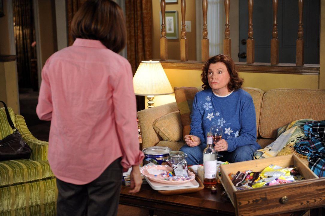 Nach der Demütigung durch ihren Sohn Axl, ist für Frankie (Patricia Heaton, l.) das Maß voll und sie kehrt ihrer Familie vorerst den Rücken. Von ihr... - Bildquelle: Warner Brothers