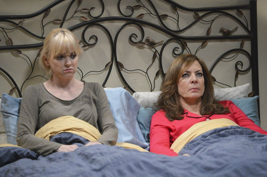 Haben beide mit beruflichem Stress zu kämpfen: Christy (Anna Faris, l.) und Bonnie (Allison Janney, r.) ... - Bildquelle: Warner Bros. Television