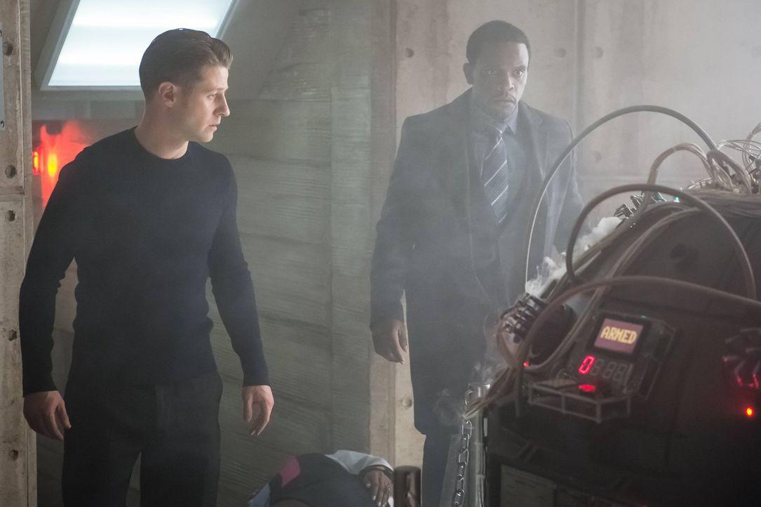 Während Gordon (Ben McKenzie, l.), Lucius (Chris Chalk, r.) und Bruce von Strange gefangen gehalten und verhört werden, steht Gotham City eine neue... - Bildquelle: Warner Brothers