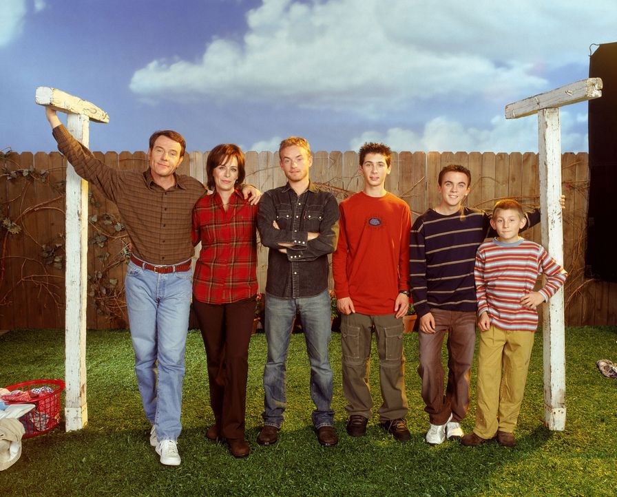 (6. Staffel) - So friedlich beisammen ist die Familie nur selten: Vater Hal (Bryan Cranston, l.), Mutter Lois (Jane Kaczmarek, 2.v.l.) und ihre vier... - Bildquelle: TM +   2000 Twentieth Century Fox Film Corporation. All Rights Reserved.