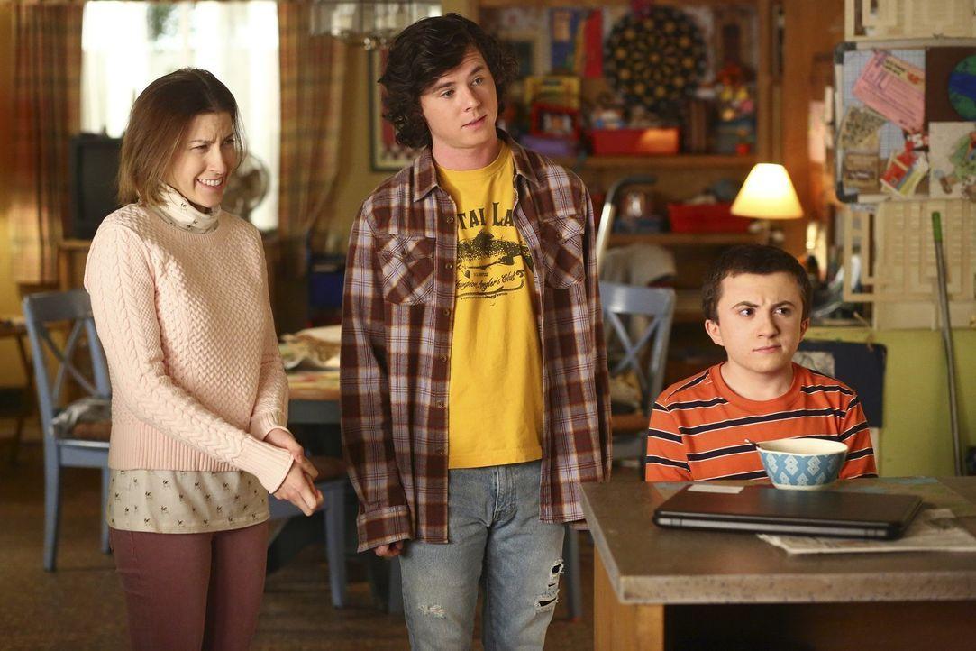 Was wartet auf Sue (Eden Sher, l.), Axl (Charlie McDermott, M.) und Brick (Atticus Shaffer, r.), als im Haus ihrer Eltern eine Wasserleitung bricht? - Bildquelle: Warner Bros.