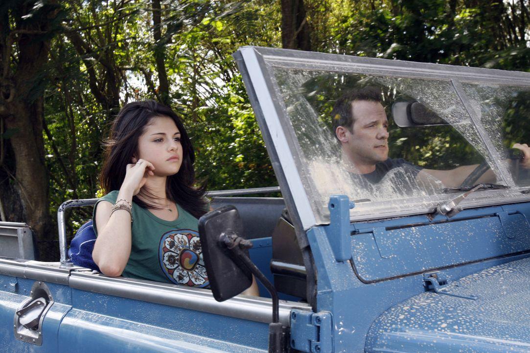 Carter (Selena Gomez, l.) ist ziemlich sauer auf ihren Vater Mason (Tom Verica, r.), Agent des Prinzessinnen-Schutzprogramms. Er muss nämlich Prinz... - Bildquelle: Disney