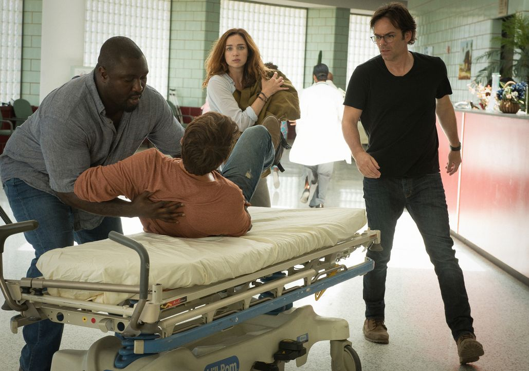 Wird Jackson (James Wolk, liegend) die OP überleben? Abraham (Nonso Anozie, l.) ist besorgt um seinen Freund, doch er, Jamie (Kristen Connolly, hint... - Bildquelle: Cook Allender 2015 CBS Broadcasting Inc. All Rights Reserved.