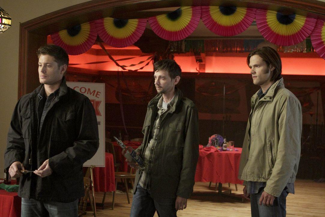 Während Sam (Jared Padalecki, r.) jemanden aus der Vergangenheit trifft,  verbündet sich Dean (Jensen Ackles, l.) widerwillig Garth (DJ Qualls, M.... - Bildquelle: Warner Bros. Television