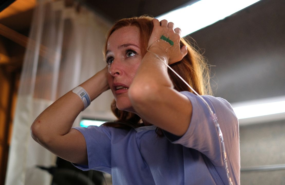 Während ihrer Bewusstlosigkeit blickt Scully (Gillian Anderson) in eine erschreckende Zukunft und will diese um jeden Preis ändern ... - Bildquelle: 2017 Fox and its related entities.  All rights reserved.