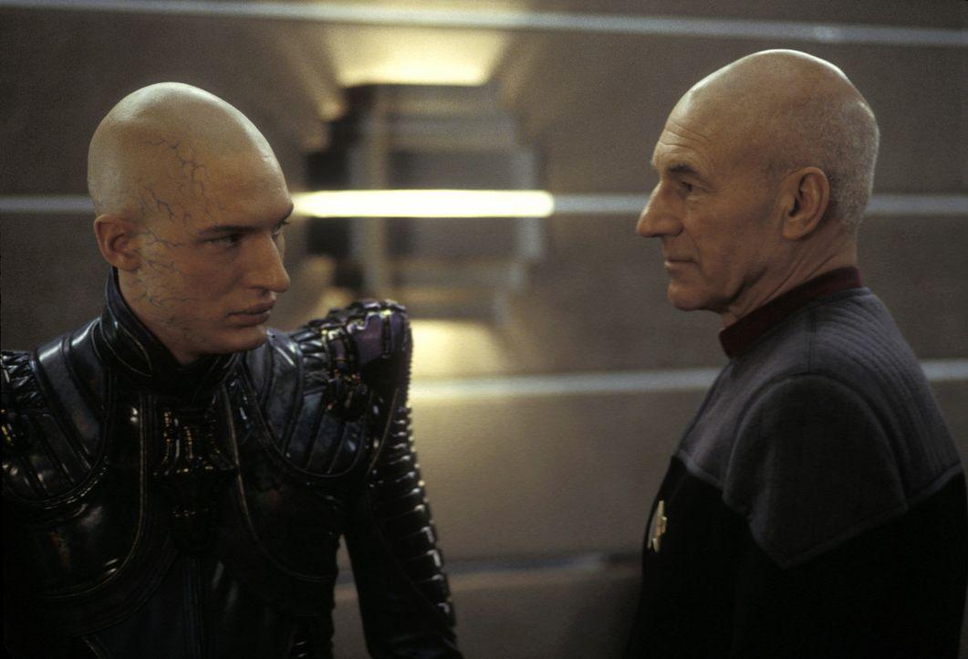 Die Crew der Enterprise entdeckt auf einem verlassenen Planeten einen Androiden aus der Baureihe von Data. Kurz darauf wird die Enterprise zu den Ro... - Bildquelle: Paramount Pictures