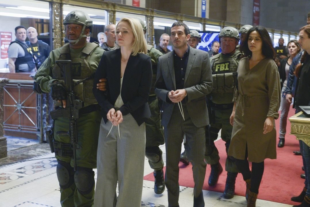 Shelby (Johanna Braddy, 2.v.l.), Simon (Tate Ellington, 3.v.l.) und Nimah (Yasmine Al Massri, r.) wurden beim Versuch, Alex zu helfen, festgenommen.... - Bildquelle: Philippe Bosse 2015 ABC Studios