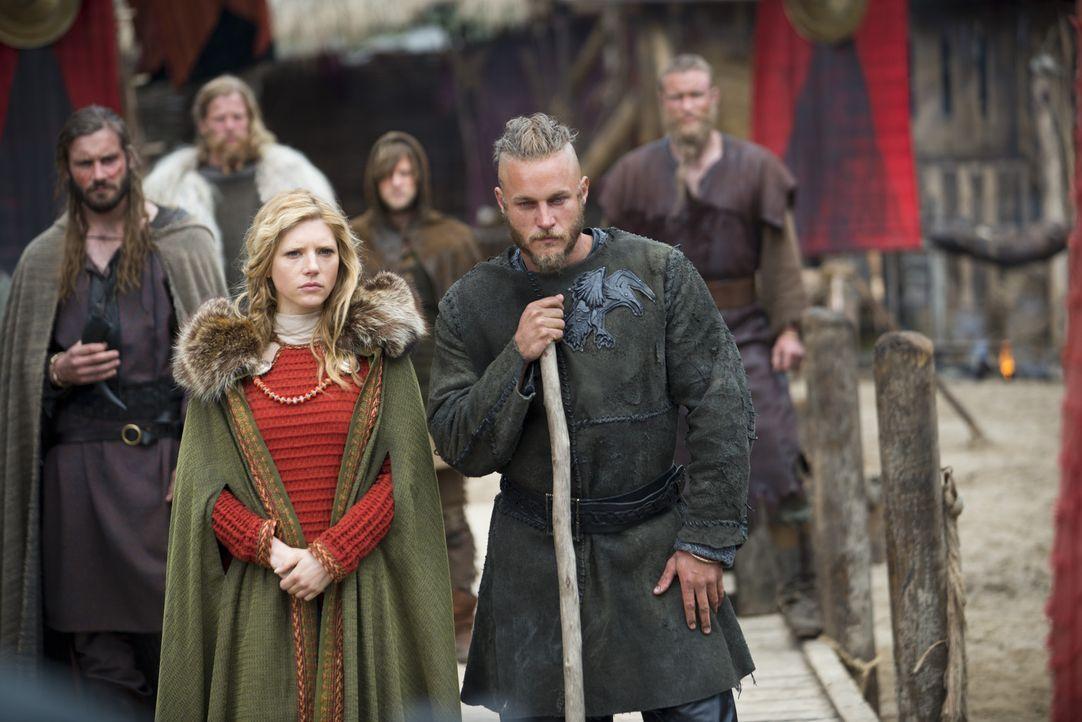 Kaum hat Ragnar (Travis Fimmel, r.) seinen Stammesfürsten Earl Haraldson im Zweikampf besiegt, da wird er schon zum neuen Stammesfürsten ausgerufen.... - Bildquelle: 2013 TM TELEVISION PRODUCTIONS LIMITED/T5 VIKINGS PRODUCTIONS INC. ALL RIGHTS RESERVED.