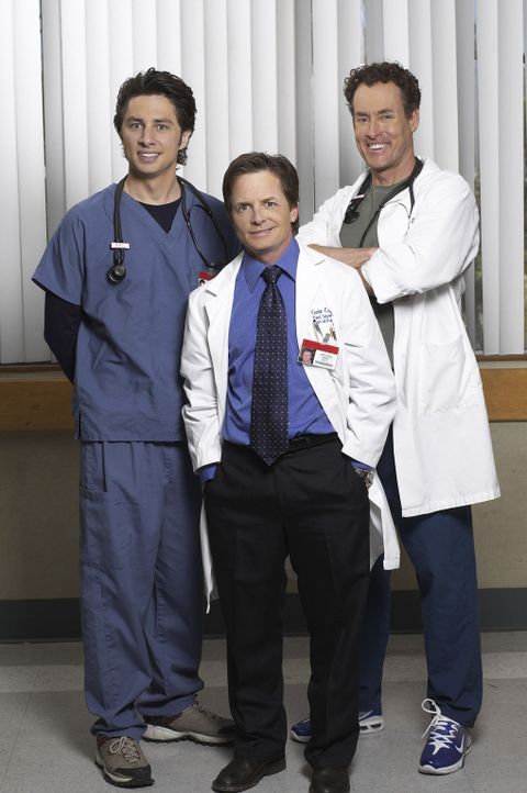 J.D. (Zach Braff, l.) ist schwer beeindruckt von Dr. Casey (Michael J. Fox, M.) und sieht in ihm den Mentor, der Cox (John C. McGinley, r.) seiner M... - Bildquelle: Touchstone Television