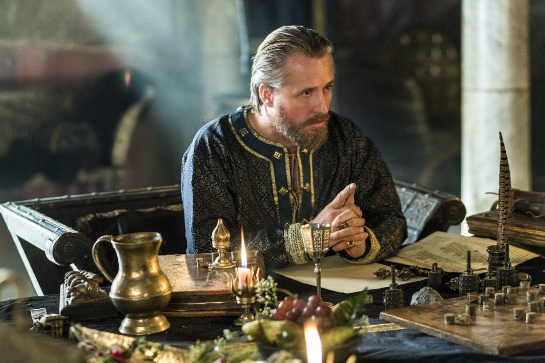 Der Raubzug von Ragnar und seinen Männern in Wessex ist in vollem Gange und König Ecbert (Linus Roache), Herrscher von Wessex, steht einem neuen Fei... - Bildquelle: 2014 TM TELEVISION PRODUCTIONS LIMITED/T5 VIKINGS PRODUCTIONS INC. ALL RIGHTS RESERVED.