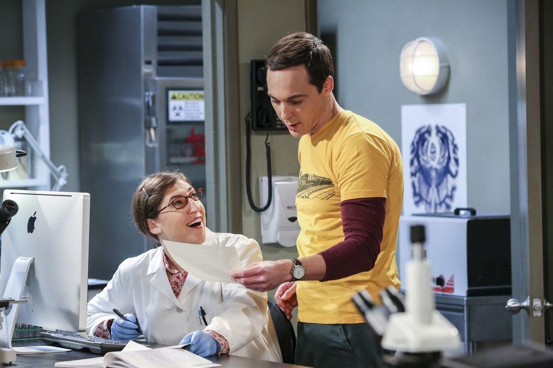 Neurobiologin Amy (Mayim Bialik, l.) und Freund Sheldon (Jim Parsons, r.) arbeiten gemeinsam an einem Experiment. Dabei fällt ihm plötzlich auf, das... - Bildquelle: 2016 Warner Brothers