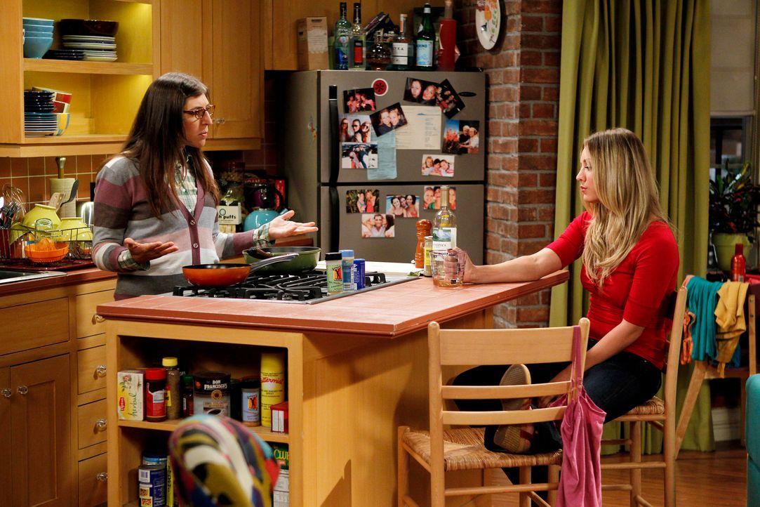 Amy Farrah (Mayim Bialik, l.) ist der Meinung, dass sich Penny (Kaley Cuoco, r.) ihren Problemen stellen muss und sich nicht länger bei ihr versteck... - Bildquelle: Warner Bros. Television