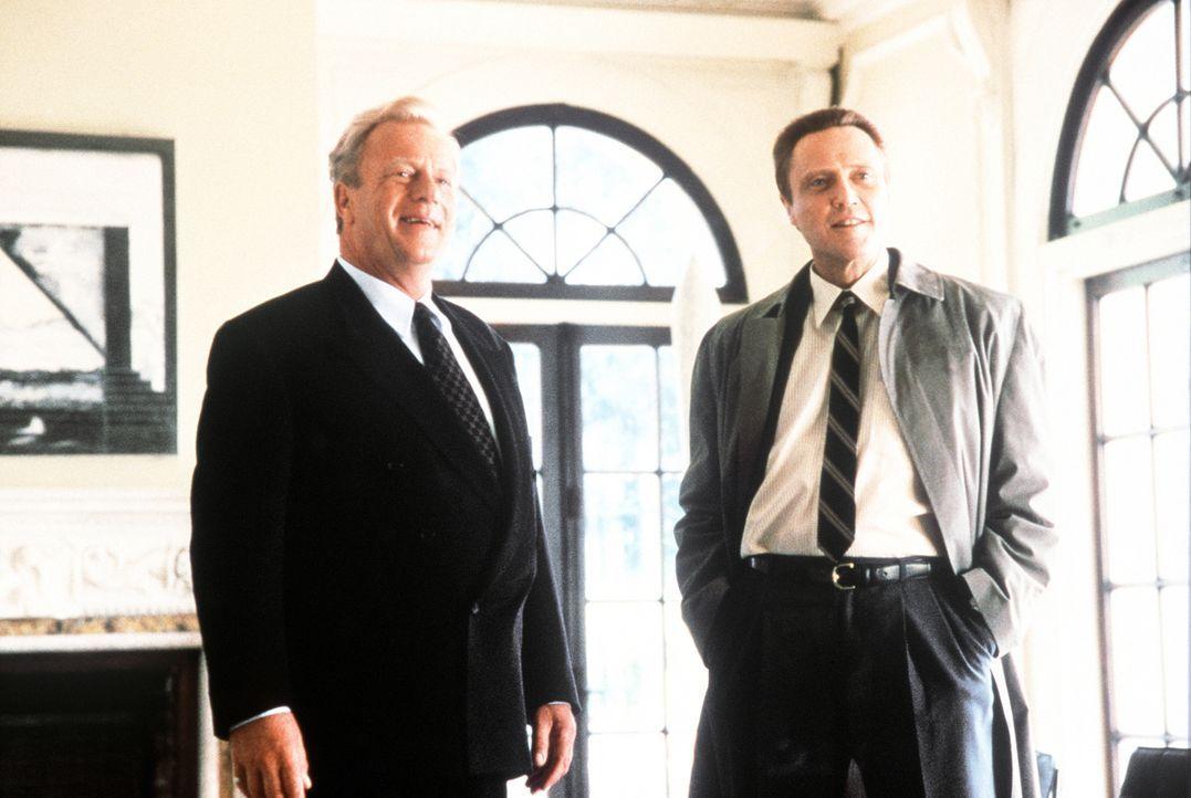 Der Multimillionär Alexander T. Hope (Jack Thompson, l.) schickt seinen Bruder Raymond (Christopher Walken, r.) auf die Suche nach seiner entführten... - Bildquelle: Columbia Pictures