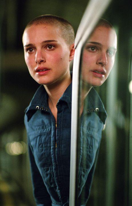 Auf dem Weg zur Arbeit wird die junge Evey (Natalie Portman) von Geheimpolizisten der Staatsmacht aufgegriffen, da diese ihre neuen Bestrafungsmetho... - Bildquelle: Warner Bros. Pictures