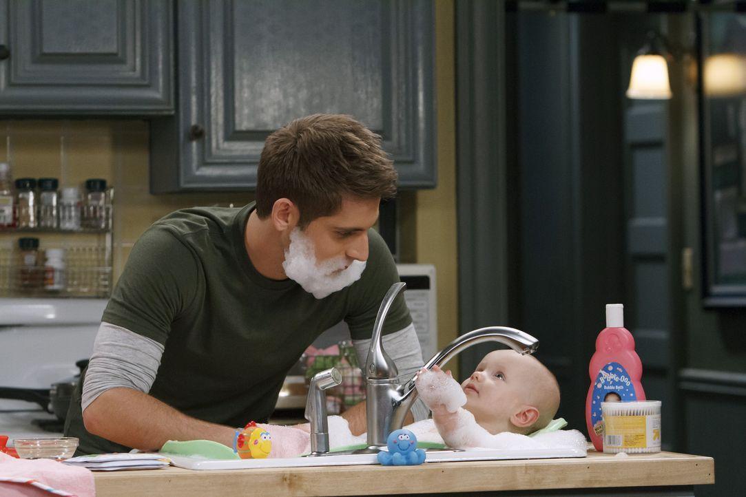Während sich Ben (Jean-Luc Bilodeau, l.) um seine Tochter Emma (Mila und Zoey Beske, r.) kümmert, steckt Danny in einer sportlichen Krise und muss d... - Bildquelle: Bruce Birmelin ABC Family