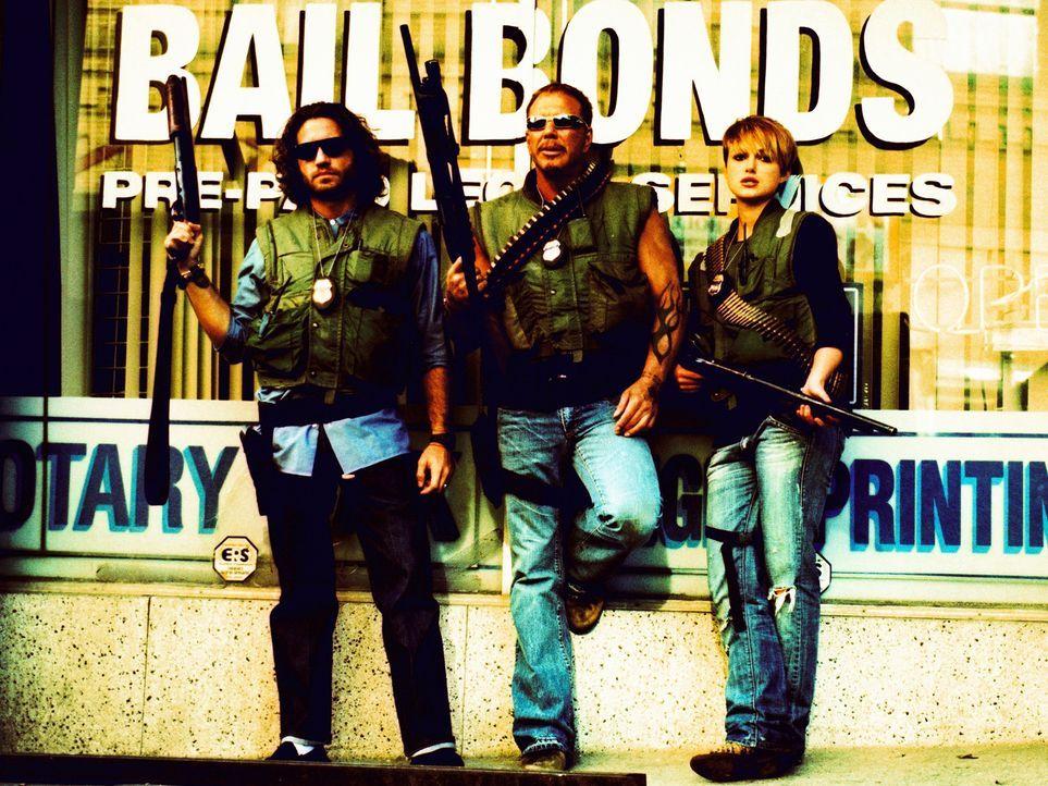 """Choco (Edgar Ramirez, l.), Ed (Mickey Rourke, M.) und Domino (Keira Knightley, r.) bilden den legendären """"Bounty Squad"""", eine Gruppe Kopfgeldjäger... - Bildquelle: Constantin Film"""