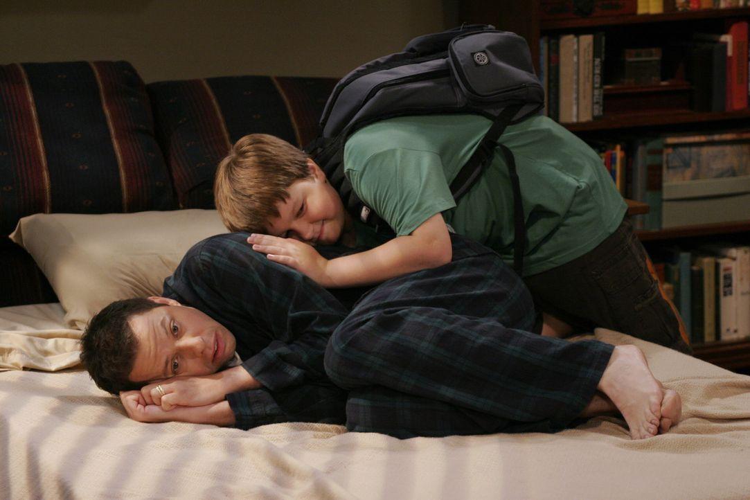 Jake (Angus T. Jones, hinten) versucht seinen Vater Alan (Jon Cryer, vorne), der sich als totaler Versager fühlt, da er von seiner neuen Frau rausg... - Bildquelle: Warner Brothers Entertainment Inc.