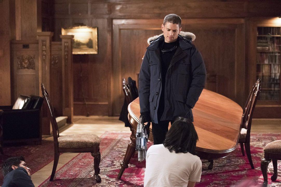 Während Leonard Snart alias Captain Cold (Wentworth Miller, hinten) von Cisco (Carlos Valdes, vorne) neue Waffen haben möchte, prescht Barry bei Iri... - Bildquelle: Warner Brothers.