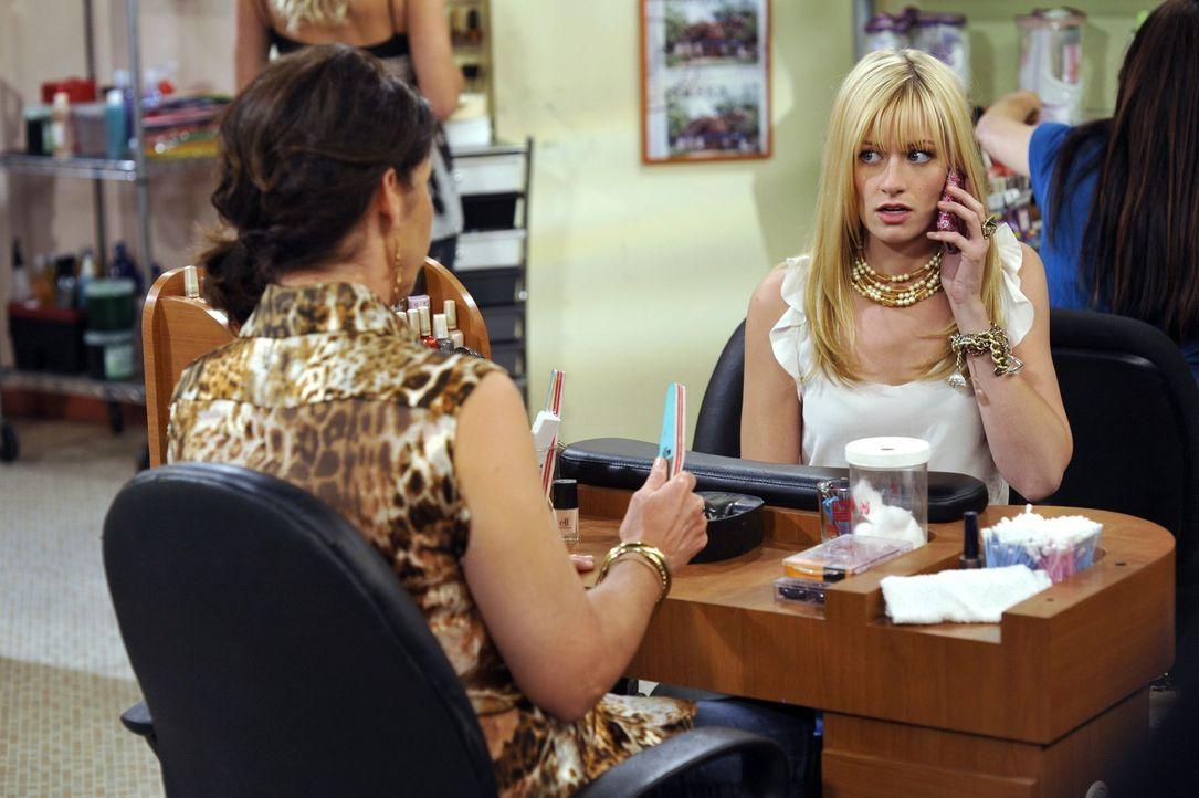 Das verwöhnte Girly Caroline (Beth Behrs, r.) muss sich nach der plötzlichen Pleite ihres Vaters nun an mittelklassige Dienstleister gewöhnen. Wi... - Bildquelle: Warner Brothers