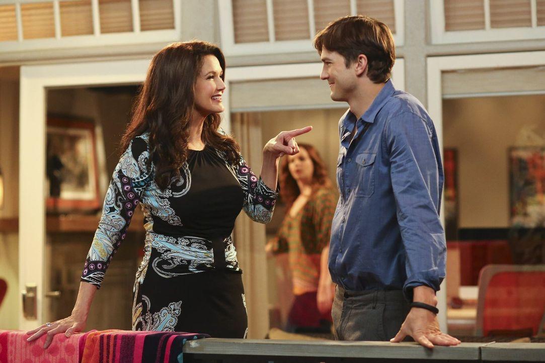 Als Alan mitbekommt, dass Walden (Ashton Kutcher, r.) den Schwarm seiner Jugend, Lynda Carter (Lynda Carter, l.), kennt, bittet er ihn um Hilfe für... - Bildquelle: Warner Bros. Television