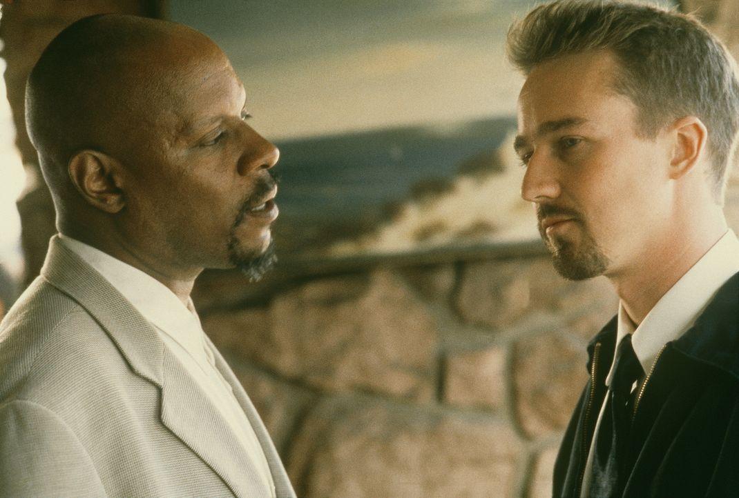 Mit der Hilfe des Schuldirektors Sweeney (Avery Brooks, l.) will Derek Vinyard (Edward Norton, r.) seinen Bruder Danny aus den Fängen der Rechtsextr... - Bildquelle: Kinowelt Filmverleih