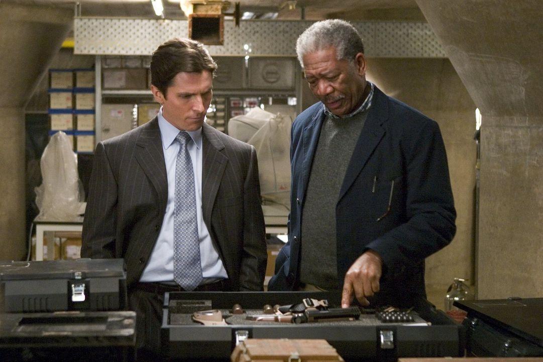 Als die Gangsterbande alle Wasserleitungen in der gesamten Stadt zu sprengen versucht, müssen Bruce Wayne (Christian Bale, l.) und Lucius Fox (Morg... - Bildquelle: 2005 Warner Brothers