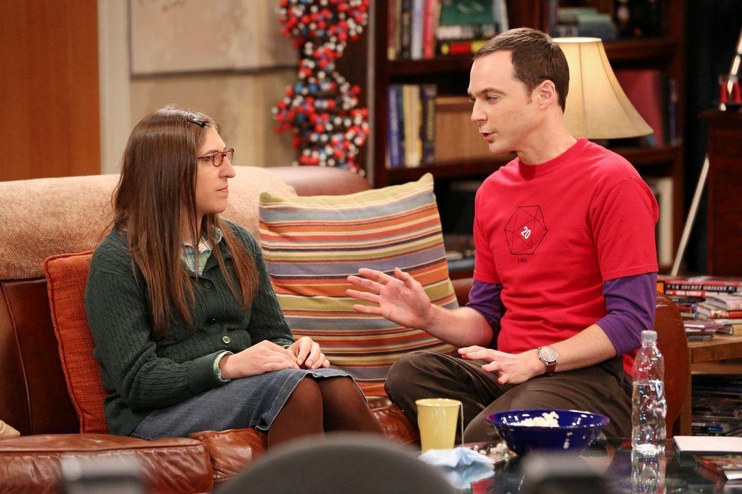 """Als Amy (Mayim Bialik, l.) und Sheldon (Jim Parsons, r.) zusammen """"Jäger des verlorenen Schatzes"""" sehen, macht Amy einige Bemerkungen, die Sheldon d... - Bildquelle: Warner Bros. Television"""