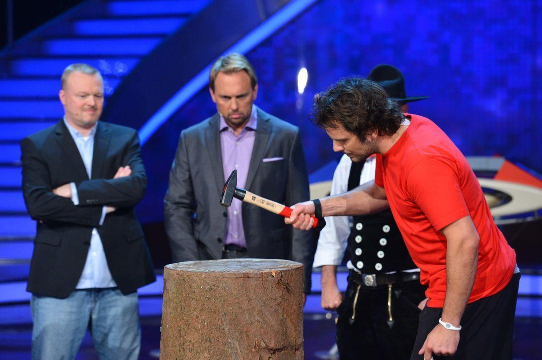Stefan Raab (l.) und Moderator Steven Gätjen (2.v.l.) schauen dem TV-Koch Steffen Henssler (r.) genau auf die Finger ... - Bildquelle: Willi Weber ProSieben