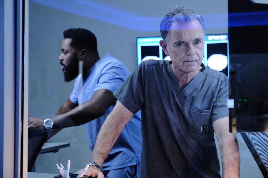 AJ Austin (Malcom-Jamal Warner, l.); Dr. Randolph Bell (Bruce Greenwood, r.) - Bildquelle: Guy D'Alema 2019-2020 Twentieth Century Fox Film Corporation.  All rights reserved. / Guy D'Alema