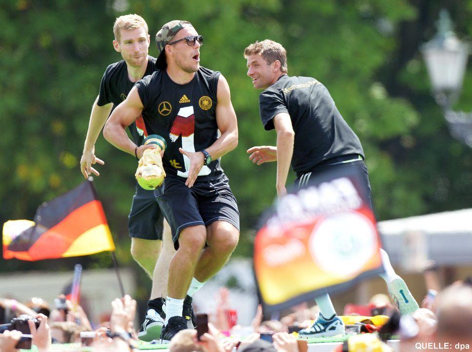 WM-ankunft-nationalmannschaft-berlin-23-140715-dpa - Bildquelle: dpa