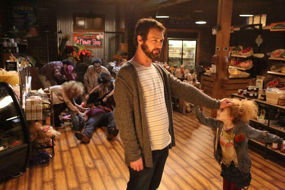 Julian (Jon Dore, l.) träumt schon ewig davon ein Zombie-Überlebens-Camp zu organisieren. Macht er seinen Traum endlich wahr und engagiert sogar sei... - Bildquelle: 2013 American Broadcasting Companies. All rights reserved.
