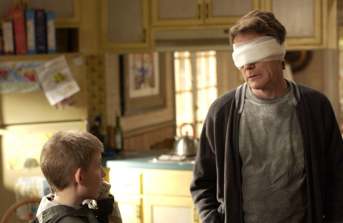 Hal (Bryan Cranston, r.) hat seinem Sohn Dewey (Eric Per Sullivan, l.) versprochen, bei einem 'Vater-Sohn'-Rennen teilzunehmen, doch leider passiert... - Bildquelle: TM +   2000 Twentieth Century Fox Film Corporation. All Rights Reserved.