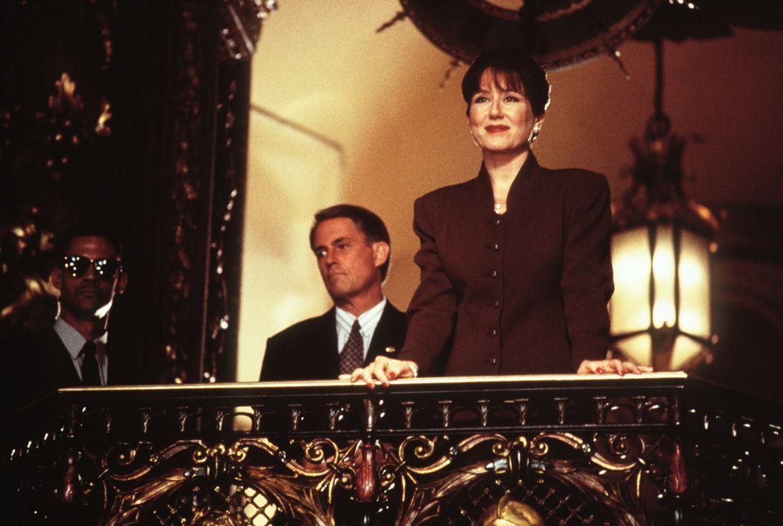Die First Lady Marilyn Whitmore (Mary McDonnell, r.) ahnt nicht, dass die friedlich wirkenden UFOs der Außerirdischen eine tödliche Botschaft mit si... - Bildquelle: 20th Century Fox Film Corporation