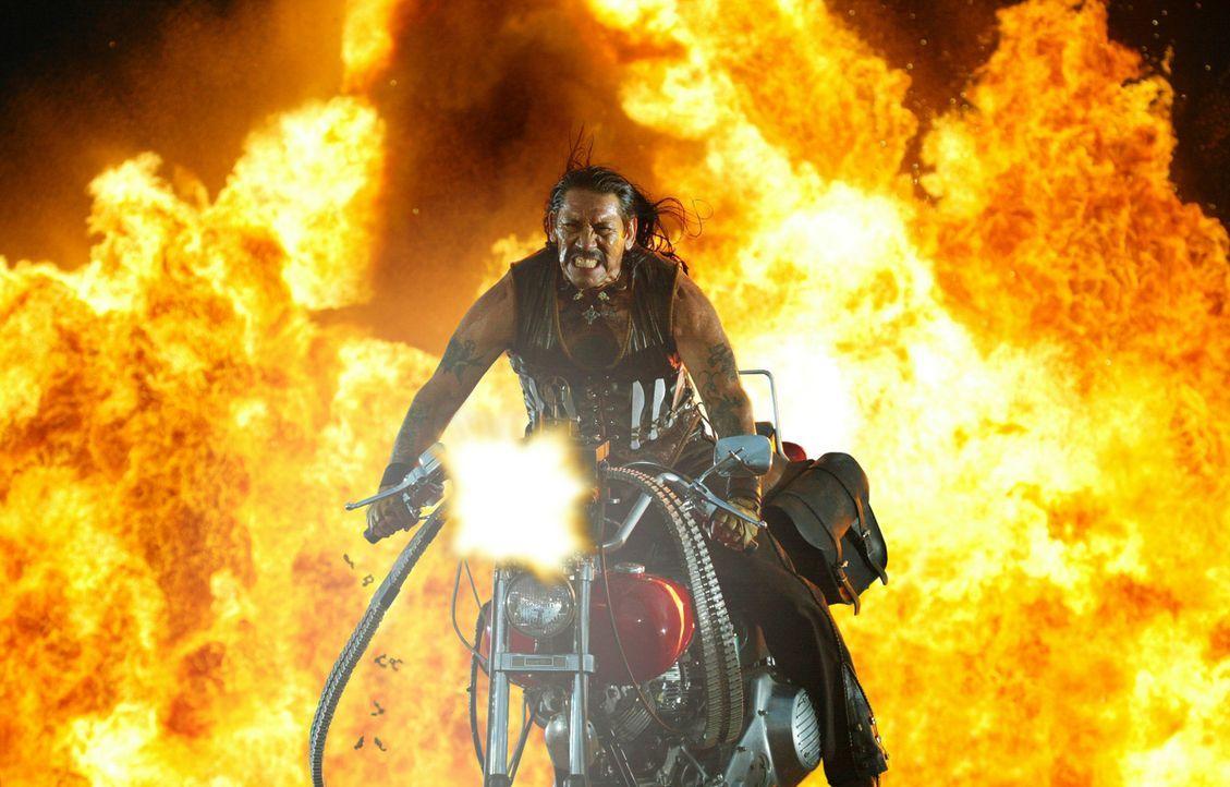 Kaum betrogen, da schwört der mexikanische Ex-Cop Machete (Danny Trejo) blutige Rache ... - Bildquelle: 2010 Machete's Chop Shop, Inc. All Rights Reserved.