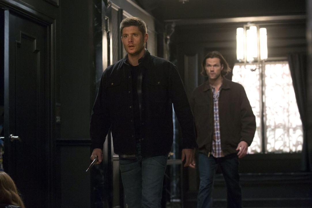 Während Dean (Jensen Ackles, l.) und Sam (Jared Padalecki, r.) gegen eine alte und sehr mächtige Hexe vorgehen, foltert Joe seinen ersten Dämon, um... - Bildquelle: 2016 Warner Brothers