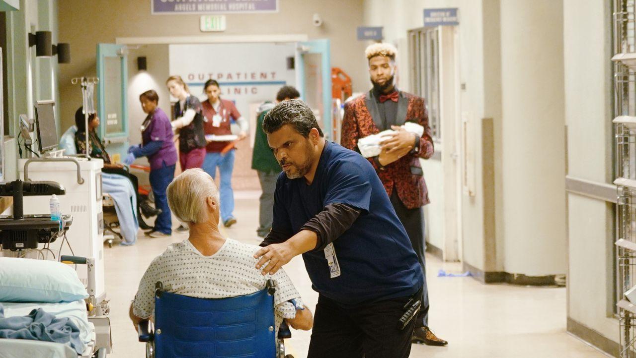 Footballspieler Odell Beckham Jr. (Odell Beckham Jr., r.) springt ein, als Jesse (Luis Guzmán, M.) Hilfe benötigt, während Angus sich Sorgen um Mala... - Bildquelle: 2016 ABC Studios. All rights reserved.