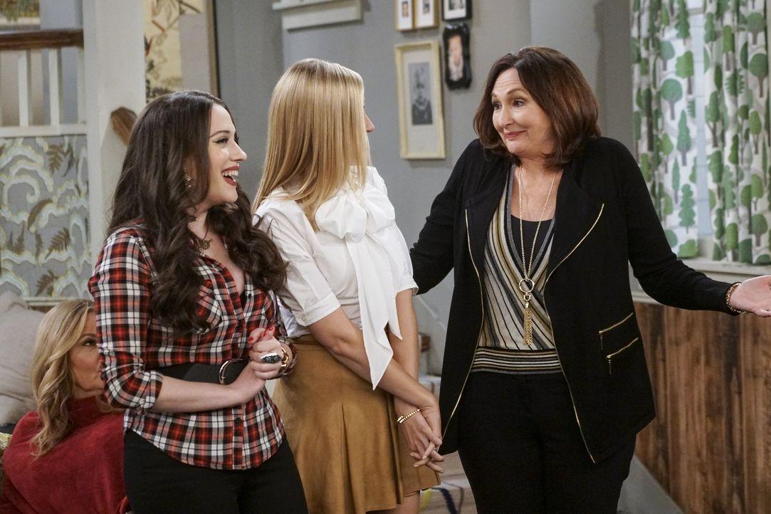 Wie wird das erste Treffen von Max (Kat Dennings, l.), Caroline (Beth Behrs, M.) und Bobbys Mutter Teresa (Nora Dunn, r.) verlaufen? - Bildquelle: Warner Bros. Television
