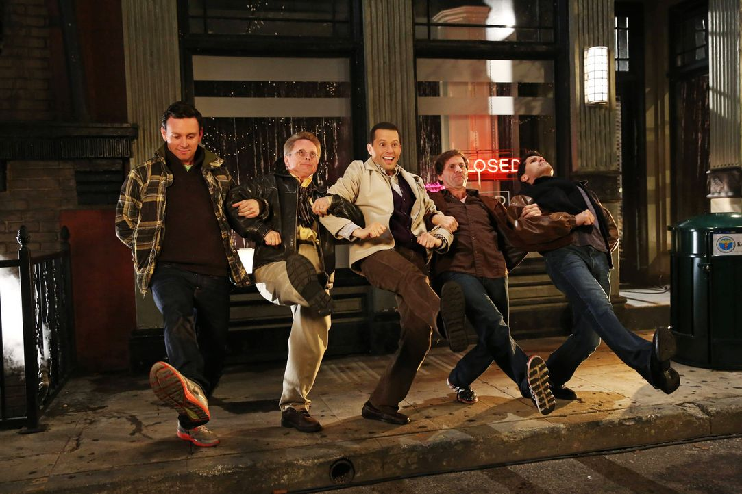 Alan (Jon Cryer, M.) kommt auch in Waldens Fantasie-Musical vor ... - Bildquelle: Warner Bros. Television